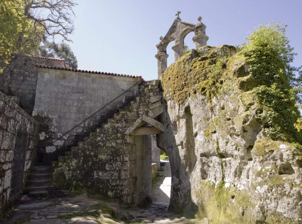 iglesia de san pedro de rocas esgos